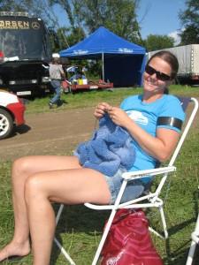 En fornøyd Nina med sol og strikketøy