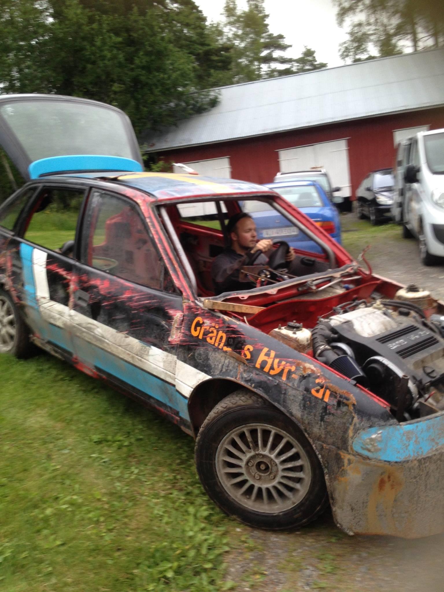 Hans-Ola klargjør bilen i forkant av løpet