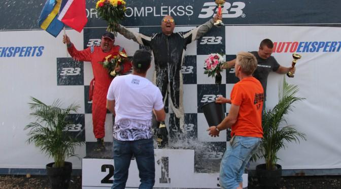 Pallen med Ola (1. plass), Mikael Persson (2. plass) og Krisaps Grunte (3. plass) og en deilig bøtte kaldt vann.